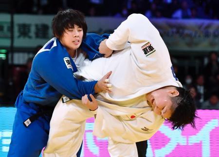 女子78キロ超級決勝 素根輝(左)を破り、初優勝した朝比奈沙羅=東京体育館