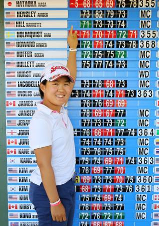通算5アンダーで米女子ゴルフツアー出場権を獲得し、笑顔で自身のスコアを指さす畑岡奈紗=デイトナビーチ(共同)