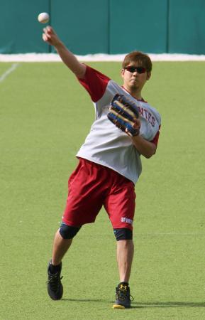 プエルトリコのウインターリーグ、カロリナに参加しキャッチボールで汗を流す松坂=カグアス(共同)