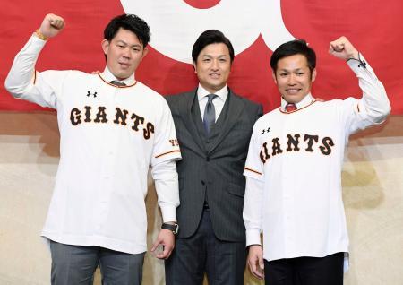 FAで巨人に移籍し、入団会見で高橋監督(中央)とポーズをとる山口俊(左)と森福=5日、東京都内のホテル