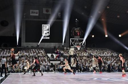 開幕したバスケットボール男子のBリーグのA東京―琉球戦。光線やCGが試合を華やかに彩った=9月22日、東京・国立代々木競技場