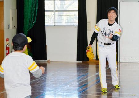 福岡中央特別支援学校を訪問し、生徒とキャッチボールをするソフトバンクの和田=6日、福岡市