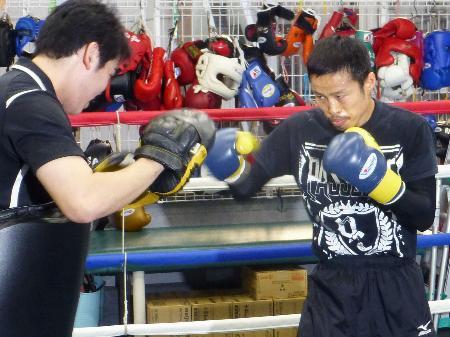 WBAミニマム級タイトルマッチに向けた練習を公開した挑戦者の小野心(右)=7日、東京都品川区のワタナベジム