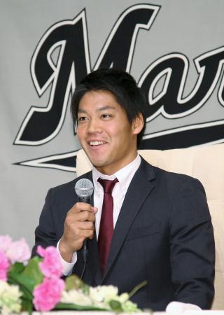 ロッテに入団が決まり、笑顔で記者会見する佐々木千隼投手=8日、東京都内のホテル