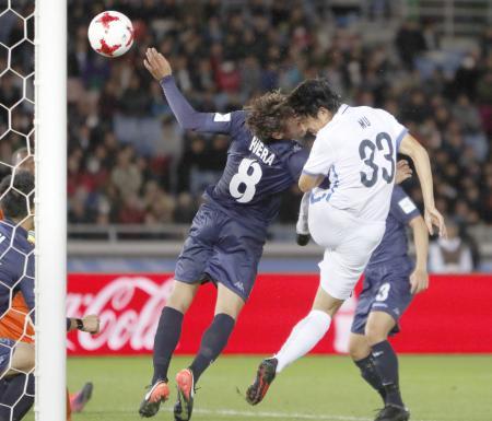 鹿島―オークランド 後半、ヘディングで決勝ゴールを決める鹿島・金崎(33)=日産スタジアム