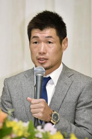 記者会見するWBCスーパーバンタム級王者の長谷川穂積=9日午後、神戸市