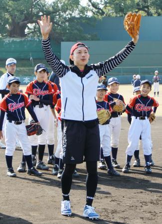 熊本県内の小学生たちの前で守備を実演する川崎宗則内野手=10日、熊本市の藤崎台県営野球場