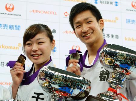 個人組手で優勝しポーズをとる荒賀龍太郎(右)と植草歩=日本武道館