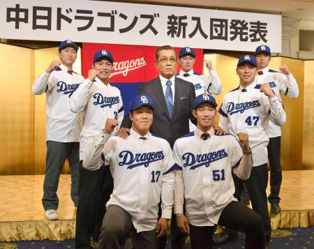 中日の新入団発表で森監督(中央)を囲んでポーズをとる、ドラフト1位の柳裕也投手(17)ら7選手=12日、名古屋市