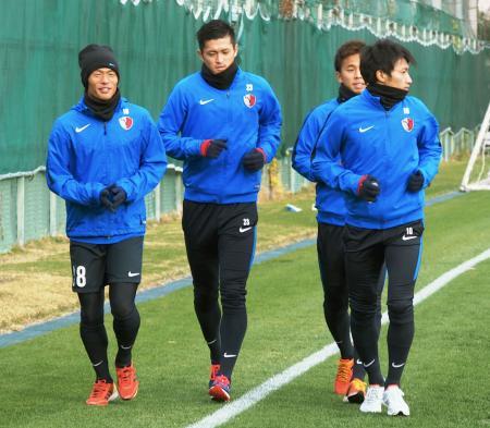 クラブW杯準決勝に向け、調整する鹿島・植田(左から2人目)ら=大阪市