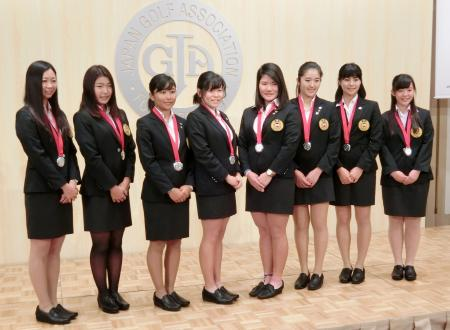 日本ゴルフ協会のナショナルチーム慰労会に出席した勝みなみ(左から4人目)と新垣比菜(右から2人目)ら=13日、東京都内