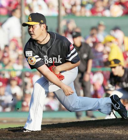 楽天戦で日本復帰後初登板を果たした、ソフトバンクの松坂大輔投手=10月2日、仙台市の楽天Koboスタジアム宮城