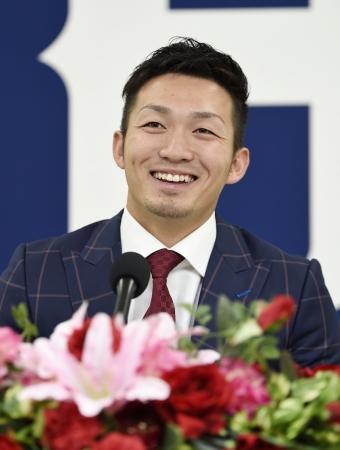 契約更改を終え、記者会見で笑顔を見せる広島の鈴木=14日、広島市のマツダスタジアム