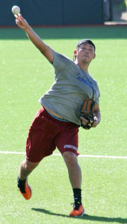 プエルトリコWLのカロリナで、次回登板に向けキャッチボールする松坂=カロリナ(共同)