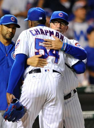 レッズ戦に勝利し、抱き合うカブスの救援左腕チャプマン(手前)とマドン監督(奥)=9月19日、シカゴ(AP=共同)