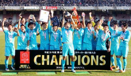 サッカーの全日本大学選手権で9度目の優勝を果たし、喜ぶ筑波大イレブン=浦和駒場スタジアム