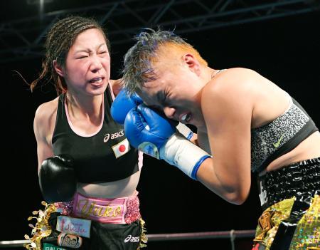 9回、安藤麻里(右)を攻める黒木優子=九電記念体育館