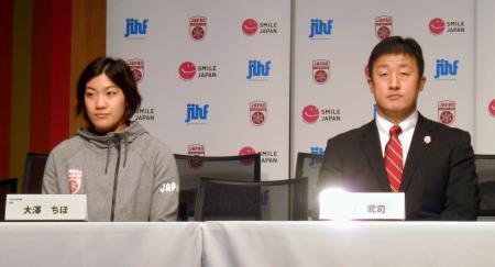 記者会見に臨むアイスホッケー女子日本代表の大沢主将(左)と山中監督=19日、羽田空港