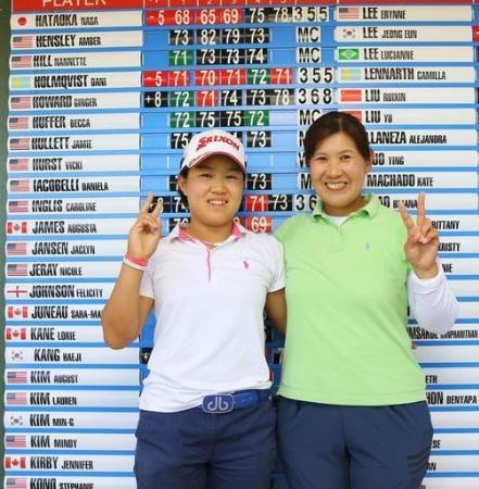 米女子ゴルフツアー出場権を獲得し、母親の博美さん(右)と喜ぶ畑岡奈紗=デイトナビーチ(共同)