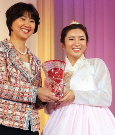 賞金女王など5部門で表彰を受けた女子ゴルフのイ・ボミ(右)=20日、東京都内のホテル