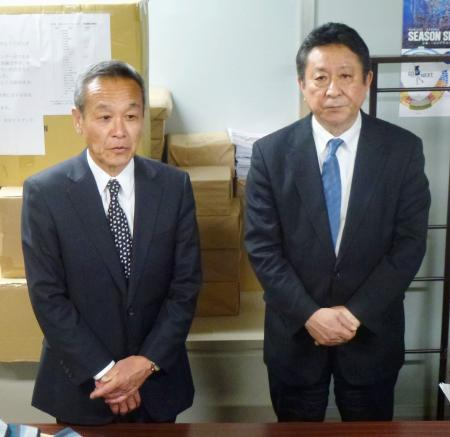 落合博満GMの退任を発表する中日の佐々木崇夫球団社長(左)ら=20日、名古屋市の球団事務所