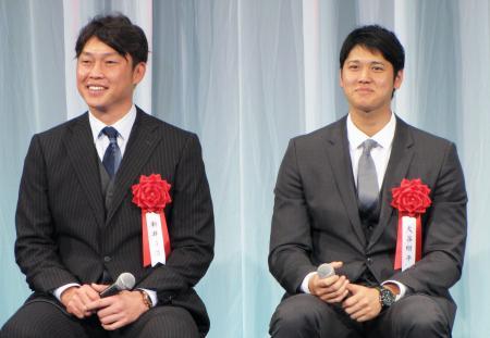 報知プロスポーツ大賞の表彰式に出席した広島の新井(左)と日本ハムの大谷=21日、東京都内のホテル