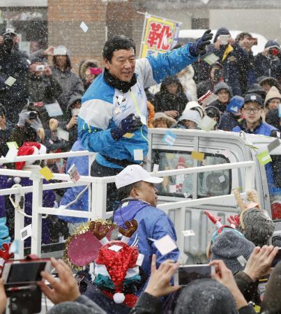 自宅のある北海道栗山町で優勝パレードをするプロ野球日本ハムの栗山英樹監督=23日