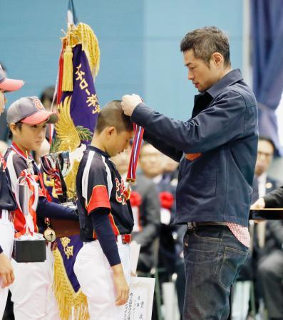 「イチロー杯争奪学童軟式野球大会」の閉会式で、子どもたちにメダルをかけるマーリンズのイチロー外野手=23日、愛知県豊山町