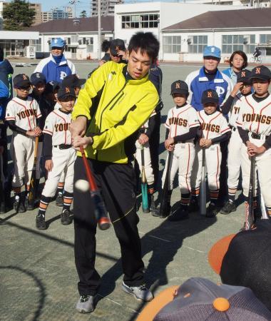 野球教室で打撃を披露する西武・秋山=23日、神奈川県横須賀市