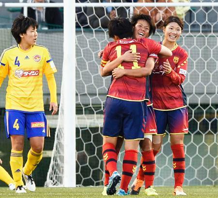 仙台―INAC神戸 延長後半、3点目のゴールを決め祝福されるINAC神戸・京川(右から2人目)=西が丘
