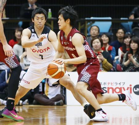 川崎―A東京 第2クオーター、攻め込む川崎・藤井。左はA東京・正中=川崎市とどろきアリーナ