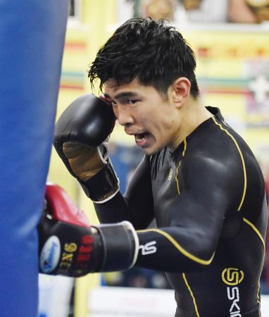 4度目の防衛戦に向け調整する、WBAフライ級王者の井岡一翔=大阪市の井岡ジム
