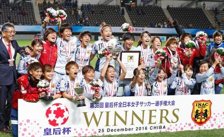 2大会連続6度目の優勝を果たし、記念撮影するINAC神戸イレブン=フクアリ