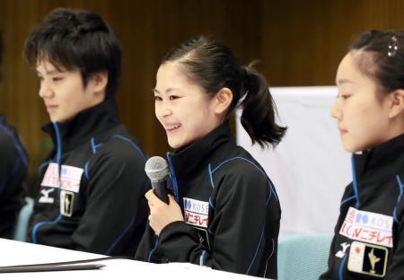 フィギュア世界選手権代表の記者会見で、笑顔で質問に答える宮原知子(中央)。左は宇野昌磨=26日午前、大阪府門真市