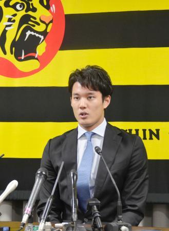 契約更改を終え、記者会見する阪神の藤浪=27日、兵庫県西宮市の球団事務所