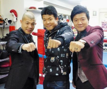 記者会見後にポーズをとる亀田三兄弟。(左から)長男興毅、三男和毅、次男大毅=27日、東京都新宿区