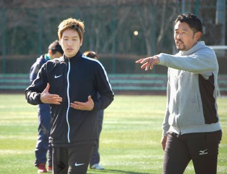 筑波大の谷川聡准教授(右)の指導を受ける原口=28日、茨城県つくば市