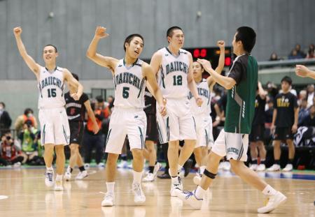 東山を破って優勝を果たし、喜ぶ福岡第一の選手たち=東京体育館