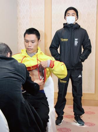 WBAフライ級世界戦の予備検診を受けるスタンプ・キャットニワット(手前)と王者の井岡一翔=29日、京都市
