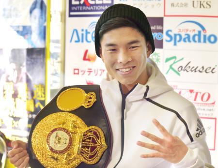 4度目の防衛成功から一夜明け、記者会見でポーズをとるWBAフライ級王者の井岡一翔=1日、大阪市