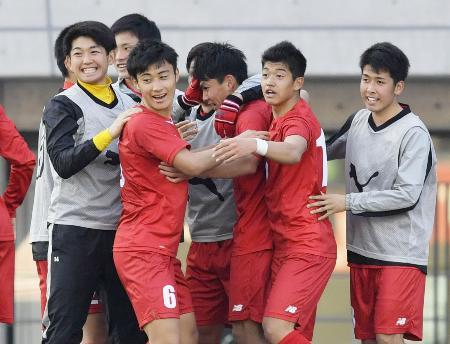 東福岡―東邦 後半、ゴールを決めた藤井(右から3人目)と喜ぶ東福岡イレブン=等々力