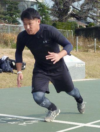 自主トレーニングでダッシュを繰り返す巨人ドラフト1位の吉川尚輝内野手=4日、岐阜市