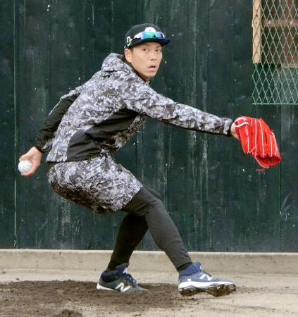 ブルペンで投球練習をする日本ハム・宮西=兵庫県尼崎市