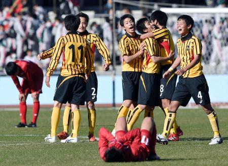 東福岡を破って準決勝に進み、喜ぶ東海大仰星イレブン=等々力