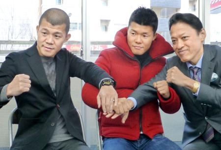 記者会見でポーズをとる元WBO世界バンタム級王者の亀田和毅(中央)。左は兄の興毅氏=5日、東京都新宿区の協栄ジム