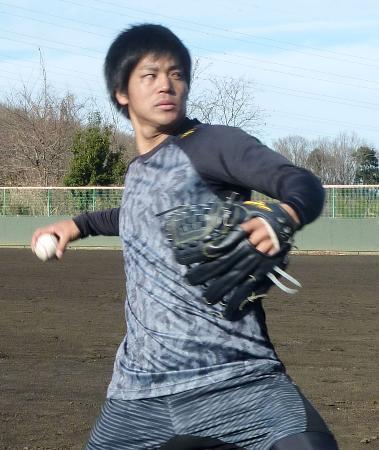 練習を公開し、キャッチボールするロッテ・ドラフト1位の佐々木=東京都町田市