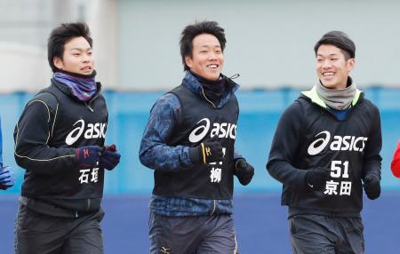 中日の新人合同自主トレーニングでランニングする(左から)石垣、柳、京田=ナゴヤ球場