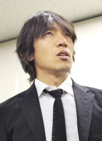 J1磐田への移籍が決まり、取材に応じる横浜Mの中村俊輔=8日、横浜市