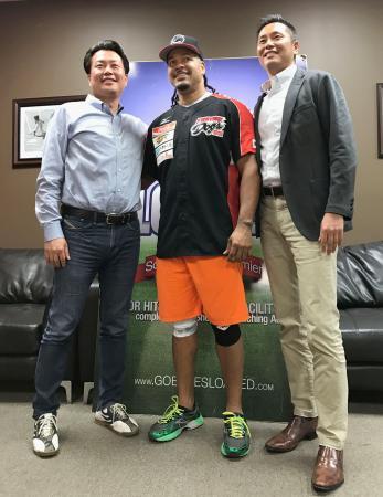 独立リーグ、四国アイランドリーグplusの高知への入団が決まったマニー・ラミレス外野手(中央)=8日、米フロリダ州(高知ファイティングドッグス球団提供)