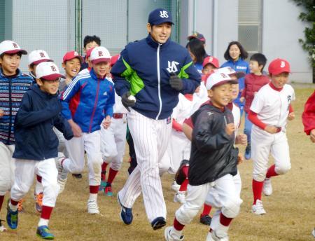 熊本地震の復興支援イベントで、小学生とランニングするヤクルトの山中浩史投手(中央)=9日、熊本市